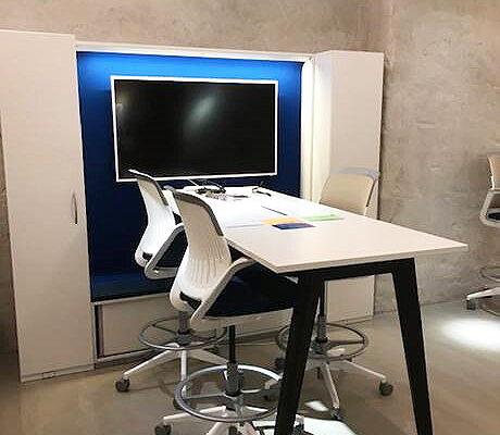 högt bord med stolar och förvaring